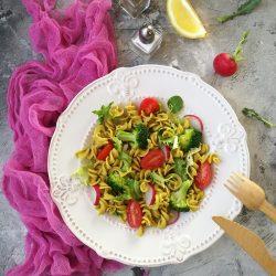 Brokkolis-zöldséges tésztasaláta