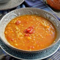 Pikáns, paradicsomos vöröslencse-leves