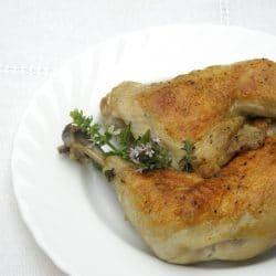 Bőrén sütött serpenyős csirkecomb