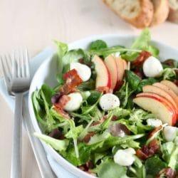 Mozzarellás zöld saláta