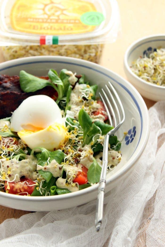 Saláta pirított szalonnával és mustárcsírával