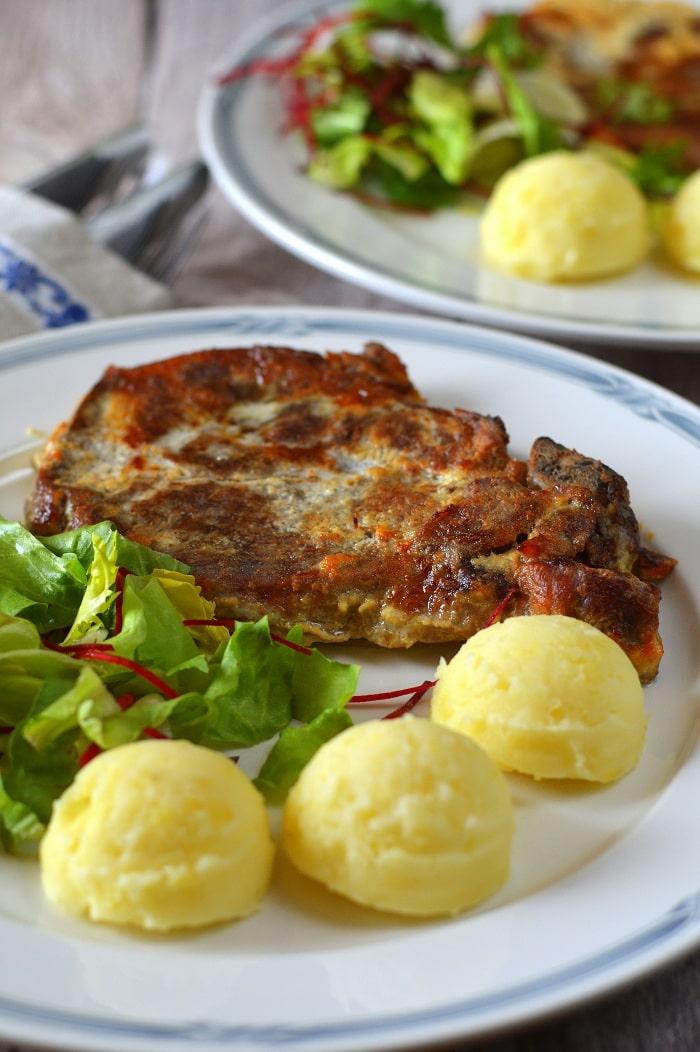 Tejfölös-mustáros tarja sajtos burgonyapürével