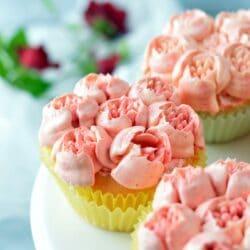 Citromos muffin vajkrémvirággal