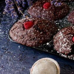 Csokoládés-pisztáciás madeleine málnával